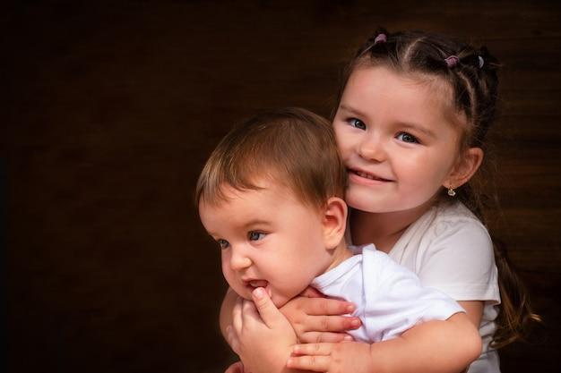 Portret van zusters op een houten achtergrond