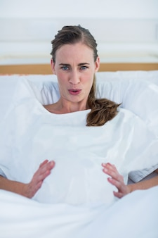 Portret van zwangere vrouw die aan pijn lijden