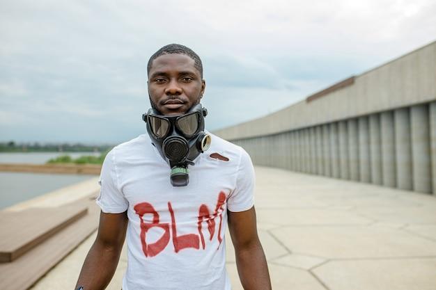 Portret van zwarte afrikaanse man in gasmasker, blm concept