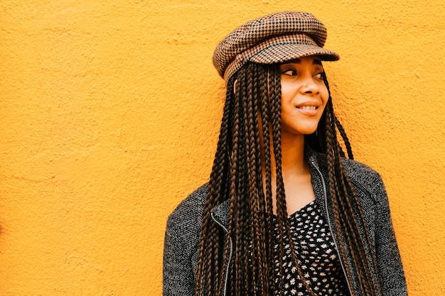 Portret van zwarte vrouw met vlechten - echte mensen concept
