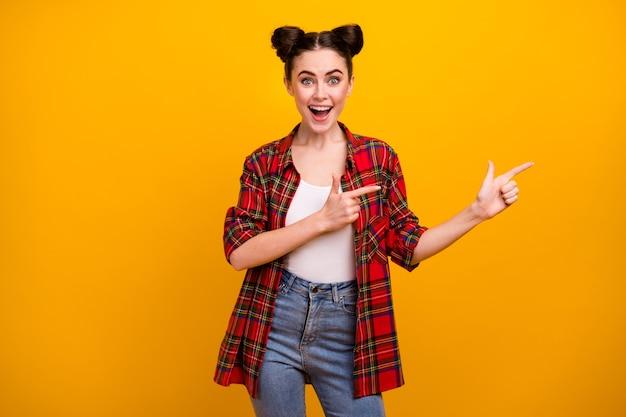 Portret verbaasd gekke jongere meisje wijsvinger copyspace