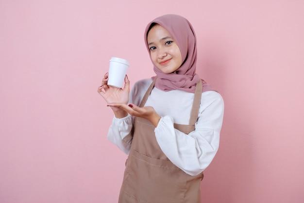 Portret vrolijke jonge aziatische vrouw met witte kop of glas