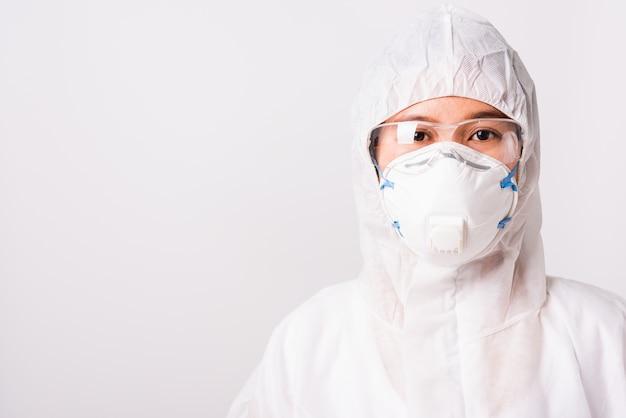 Portret vrouw arts of verpleegkundige in ppe uniform en handschoenen dragen gezichtsmasker beschermend in laboratorium