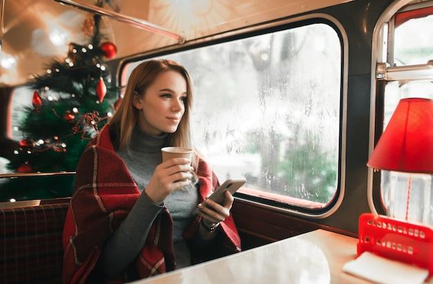 Portret vrouw bij coffeeshop
