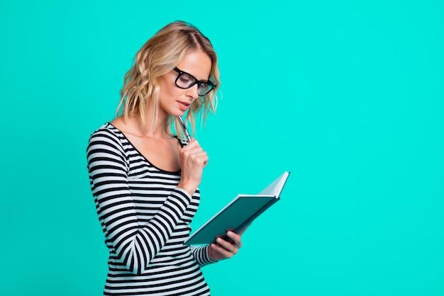 Portret vrouw draagt een gestreept shirt