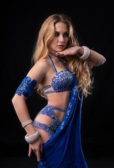 Portret vrouw draagt jurk voor buikdans