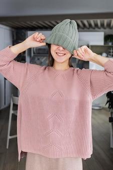 Portret vrouw gebreide cap dragen