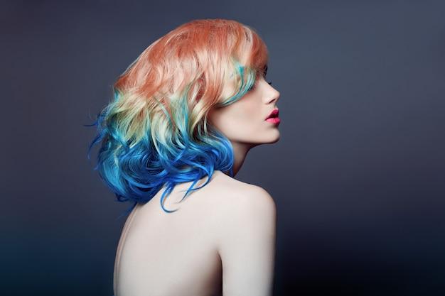 Portret vrouw helder gekleurde vliegende haarkleuring