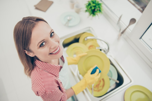 Portret vrouw het huis schoonmaken