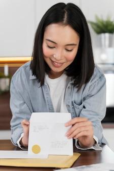 Portret vrouw lezen van mail