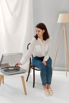 Portret vrouw luisteren muziek bij ophalen