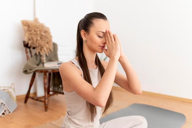 Portret vrouw mediteren