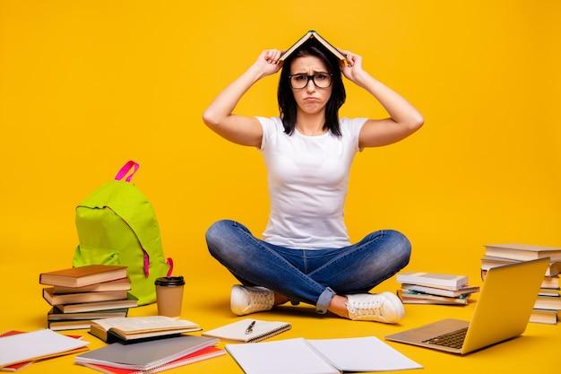 Portret vrouw met boeken en laptop