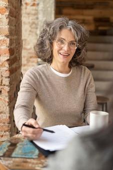 Portret vrouw met klembord het werken