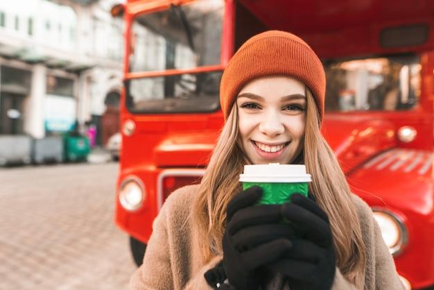 Portret vrouw met kopje koffie