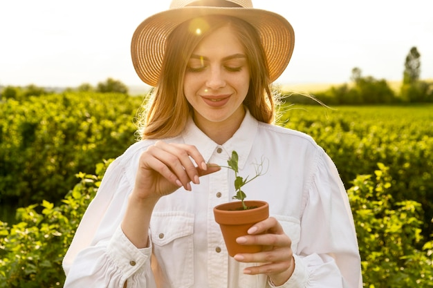 Portret vrouw met plant pot