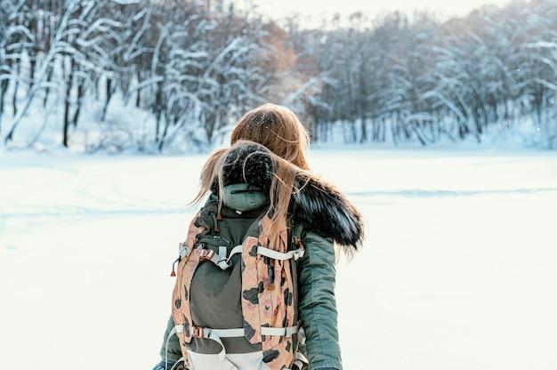 Portret vrouw met rugzak op winterdag