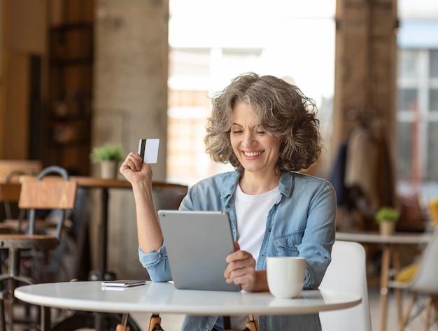 Portret vrouw met tablet werken