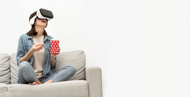 Portret vrouw met virtual reality headset popcorn eten