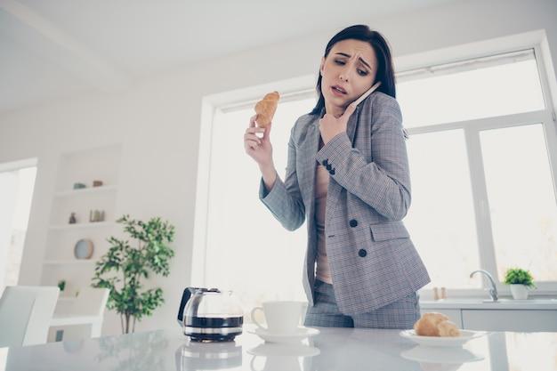 Portret vrouw ontbijten voordat ze gaan werken
