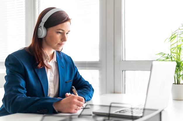 Portret vrouw op het werk met video-oproep
