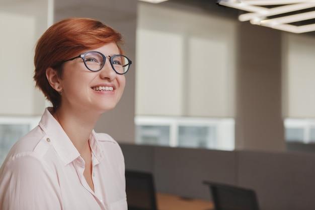 Portret vrouw op kantoor
