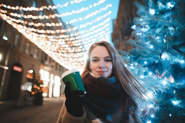 Portret vrouw op straat met kopje koffie