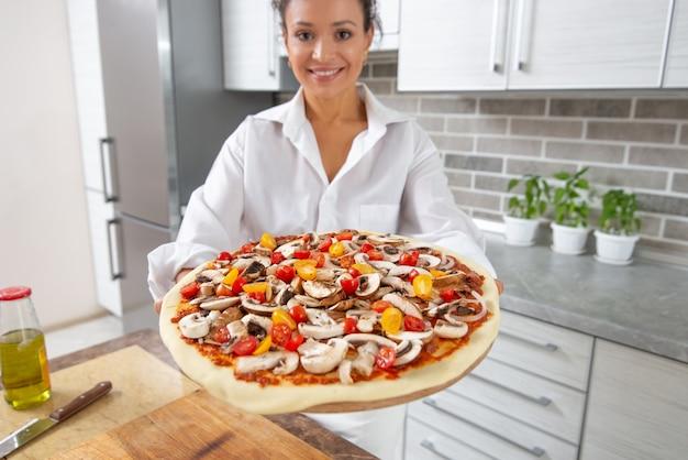 Portret vrouw pizza koken