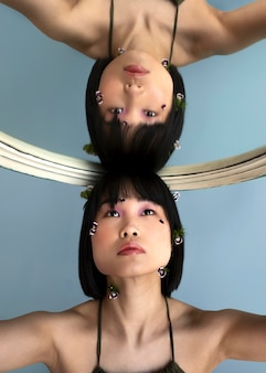 Portret vrouw poseren met spiegel