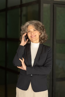 Portret vrouw praten op mobiel
