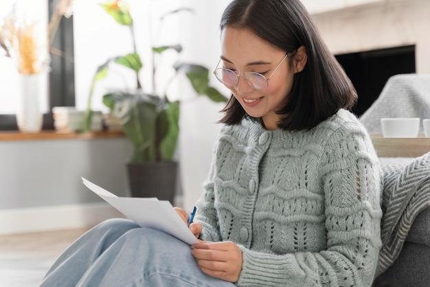 Portret vrouw schrijven brief