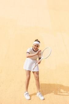 Portret vrouw tennisspeler lachen