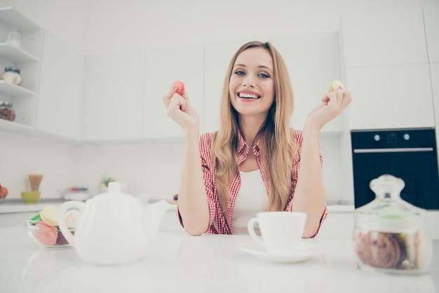 Portret vrouw thee drinken en bitterkoekjes eten