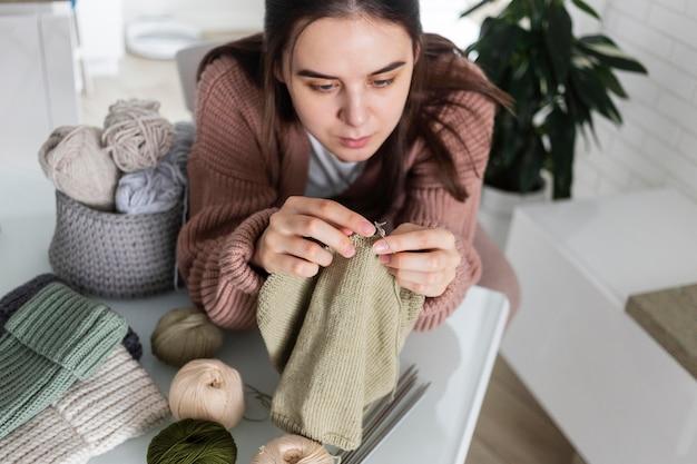 Portret vrouw thuis breien