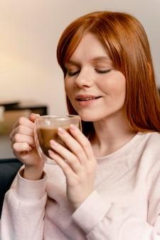 Portret vrouw thuis koffie drinken