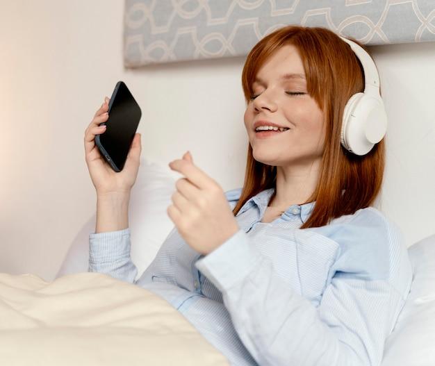 Portret vrouw thuis luisteren muziek