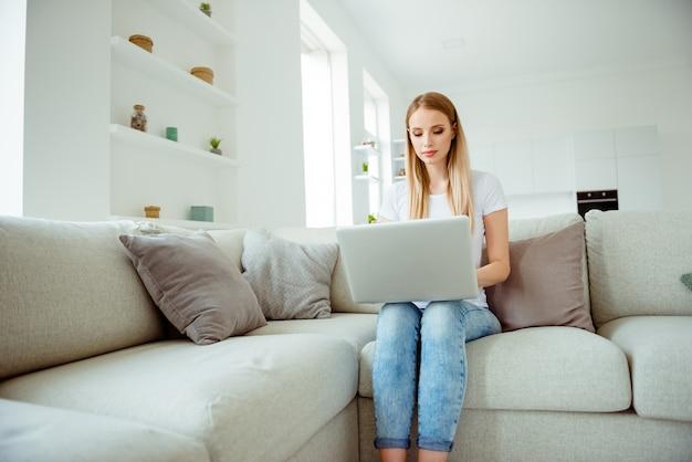Portret vrouw thuis met laptop