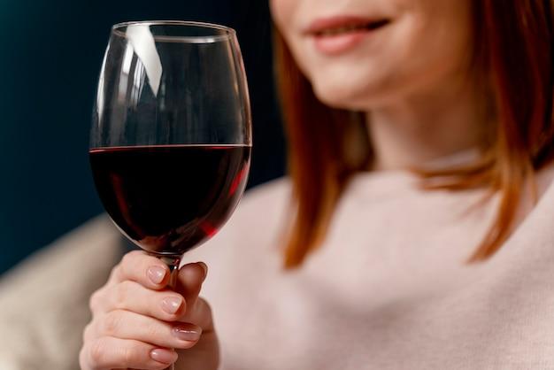 Portret vrouw thuis ontspannen met een glas wijn