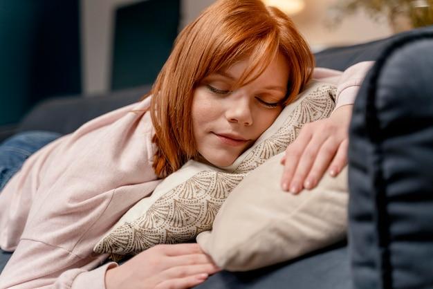 Portret vrouw thuis slapen