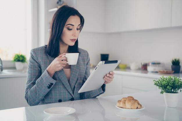 Portret vrouw werken en eten van ontbijt
