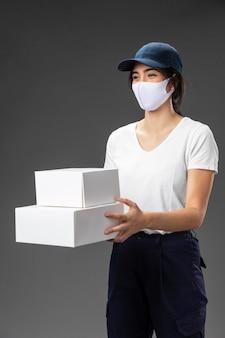 Portret vrouw werken voor bezorgservice masker dragen