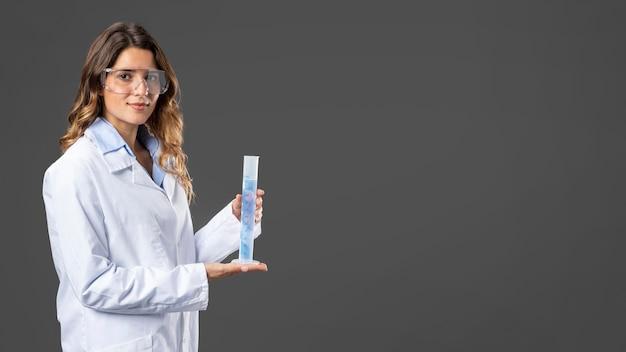 Portret vrouwelijke arts met behulp van handdesinfecterend middel