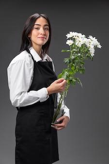 Portret vrouwelijke bloemist met bloemen
