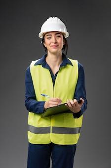 Portret vrouwelijke ingenieur met klembord