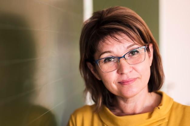 Portret vrouwelijke leraar met bril