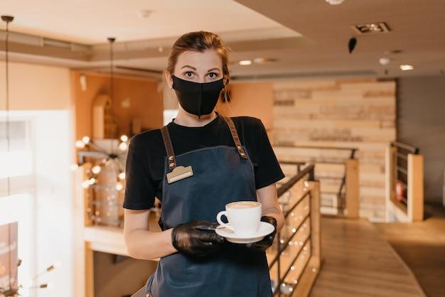Portret vrouwelijke serveerster die koffie serveert