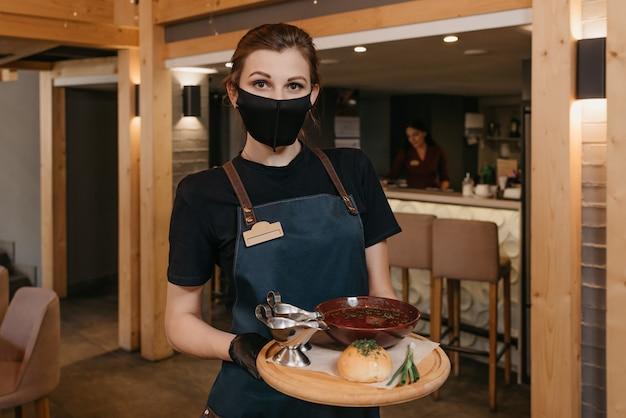 Portret vrouwelijke serveerster eten serveren