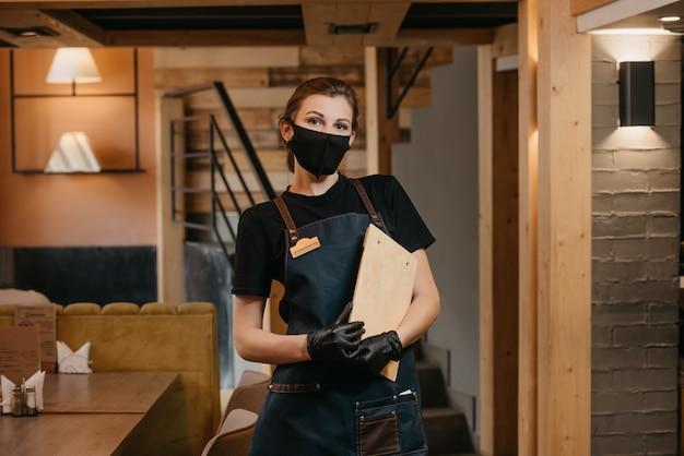 Portret vrouwelijke serveerster klembord houden