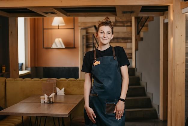 Portret vrouwelijke serveerster werken