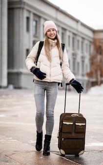 Portret vrouwelijke student met bagage